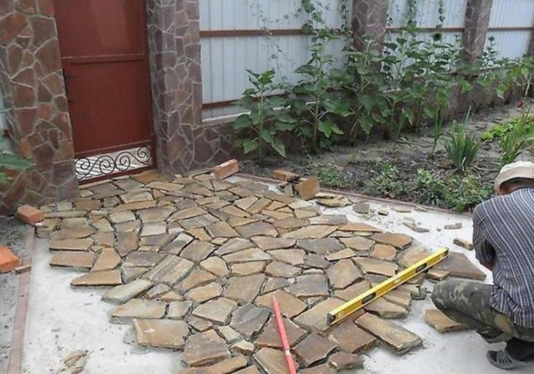 Как положить песчаник во дворе