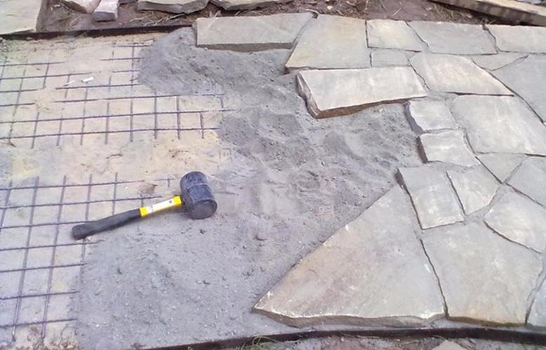 Как положить песчаник на даче